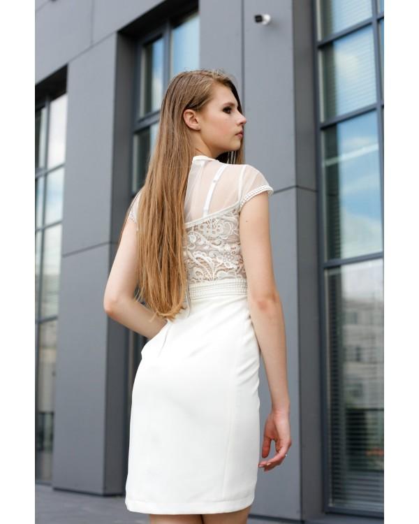Сукня на запах молочна оздоблена мереживом