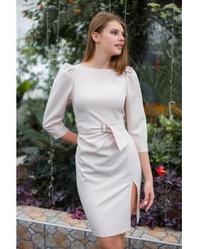 Сукня бежева з елегантним розрізом на нозі