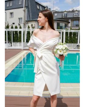 Сукня молочна з відкритим декольте